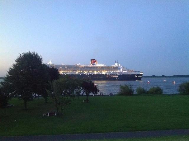 Queen Mary auf der Elbe